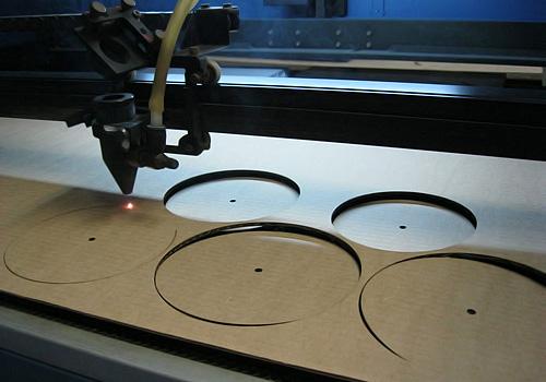 процесс лазерной резки гофрокартона